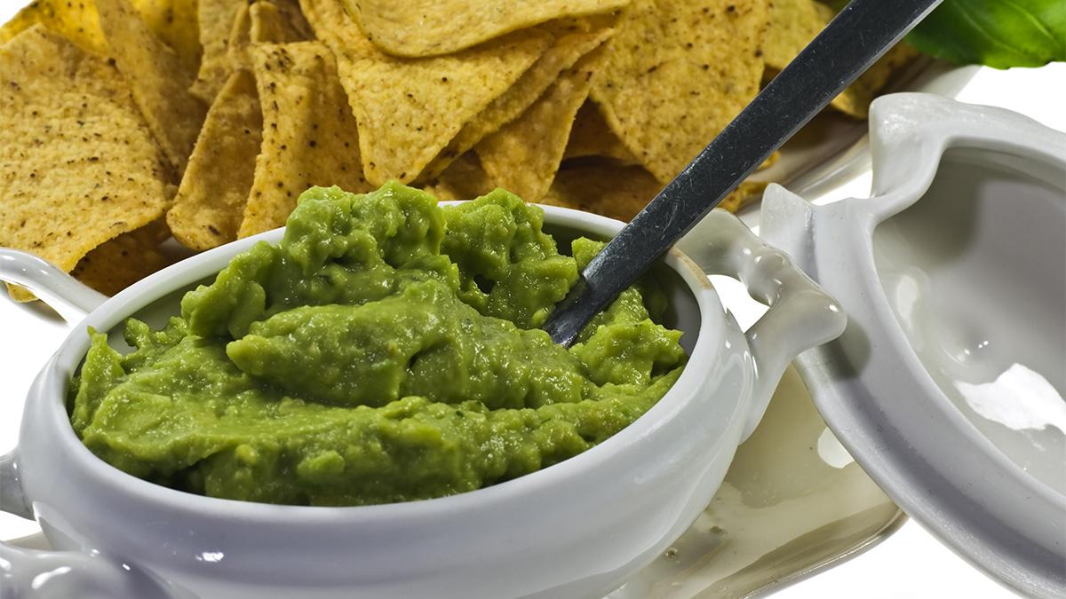 Disfruta el Super Bowl con la receta de guacamole de Guillermo del Toro