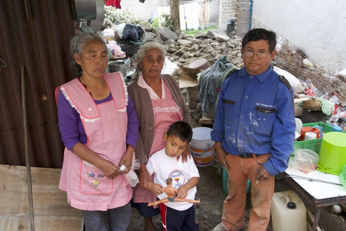 Sufren un año sin casa en Xochimilco... y las autoridades les piden paciencia